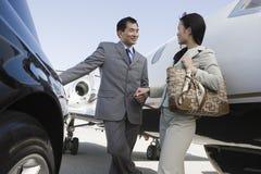 握手的企业人在机场 库存照片