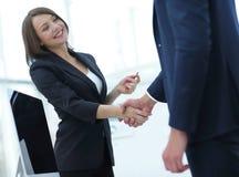 握手的企业同事在一个成功的介绍以后 免版税库存图片