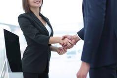 握手的企业同事在一个成功的介绍以后 库存图片