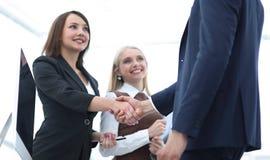 握手的企业同事在一个成功的介绍以后 库存照片