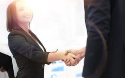 握手的企业同事在一个成功的介绍以后 免版税库存照片