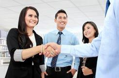 握手的企业小组 库存照片