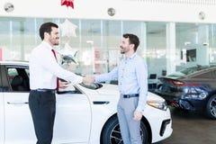 握手的卖主和客户在售车行 免版税库存图片