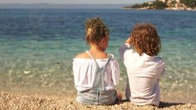 握手的后面观点的女孩和男孩在日落 爱,友谊概念 股票视频