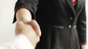 握手的商人和女实业家 股票录像