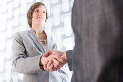 握手的商人和妇女 免版税图库摄影
