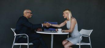握手的商人在一次成功的会议以后 免版税库存图片