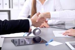 握手的商人在会议上 Clouse握手 库存图片