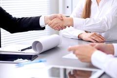 握手的商人在会议上 Clouse握手 免版税库存照片