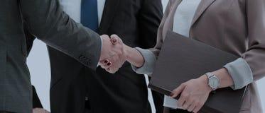 握手的商人在会议期间 图库摄影