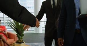 握手的商人在办公室4k 影视素材