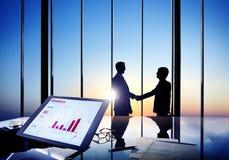 握手的商人在证券交易经纪人行情室 免版税图库摄影