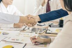 握手的商人密封与他的伙伴的一个成交 免版税库存图片