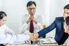握手的商人密封与他的伙伴的一个成交 免版税库存照片