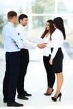 握手的商人密封与他的伙伴的一个成交 图库摄影
