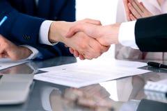 握手的商人结束会议 免版税库存照片