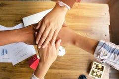 握手的商人,结束会议,队工作的概念 免版税库存照片