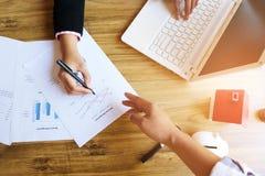 握手的商人,结束会议,队工作的概念 免版税库存图片