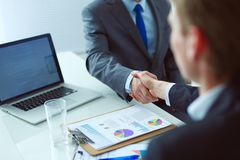 握手的商人,结束会议 企业例证JPG人向量 库存图片