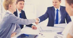 握手的商人,结束会议 库存照片