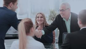 握手的商务伙伴在一种成功的交易以后 免版税库存图片