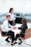 握手的商务伙伴在业务会议以后 库存图片