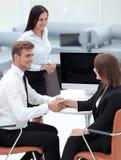 握手的商务伙伴在业务会议以后 库存照片