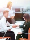 握手的商务伙伴在业务会议以后 免版税库存图片