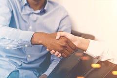 握手的商务伙伴在办公室 免版税库存图片