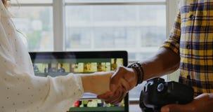 握手的图表设计师在一个现代办公室4k 股票录像