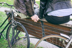 握手的夫妇在自行车乘驾以后 库存照片