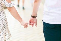 握手的夫妇在街道 免版税图库摄影