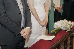 握手的夫妇婚姻 免版税库存图片