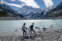 握手的夫妇的爱的图象在库克山,新西兰 库存图片