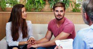 握手的夫妇,当咨询医生时 股票视频