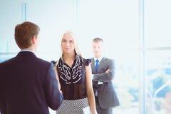 握手的女实业家在办公室 免版税库存图片