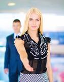握手的女实业家在办公室 免版税图库摄影