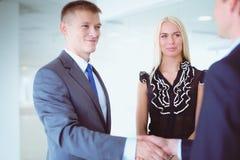 握手的女实业家在办公室 免版税库存照片
