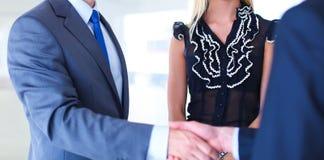 握手的女实业家在办公室 库存照片