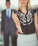 握手的女实业家在办公室 库存图片