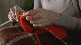 握手的女性尝试编织,集中爱好,帕金森病症状 股票录像