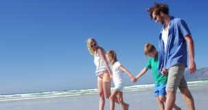 握手的家庭,当走在岸在海滩时 股票视频