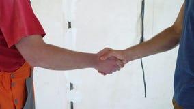 握手的小组人在慢动作的建造场所 股票录像