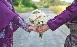 握手的已婚夫妇 免版税库存照片