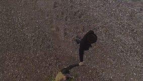 握手的年轻夫妇,当走由海滨,有花的妇女,爱时 股票视频