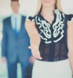 握手的年轻女实业家在办公室 库存照片