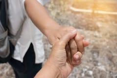 握手的弄脏两名妇女一起走 爱恋的突然行动 免版税图库摄影