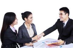 握手的微笑的商人 免版税库存照片