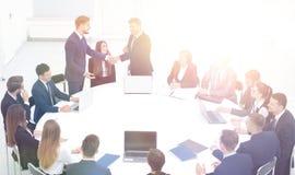 握手的微笑的商务伙伴在业务会议上 库存照片