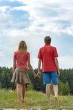 握手的愉快的夫妇 免版税库存图片